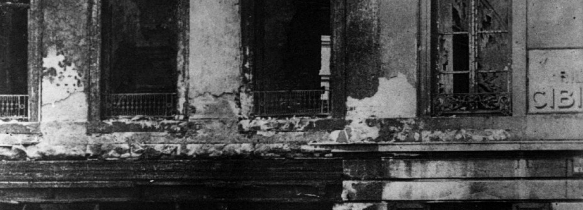 Soldats allemands devant une boutique brûlée, place de l'Université à Liège, 1914