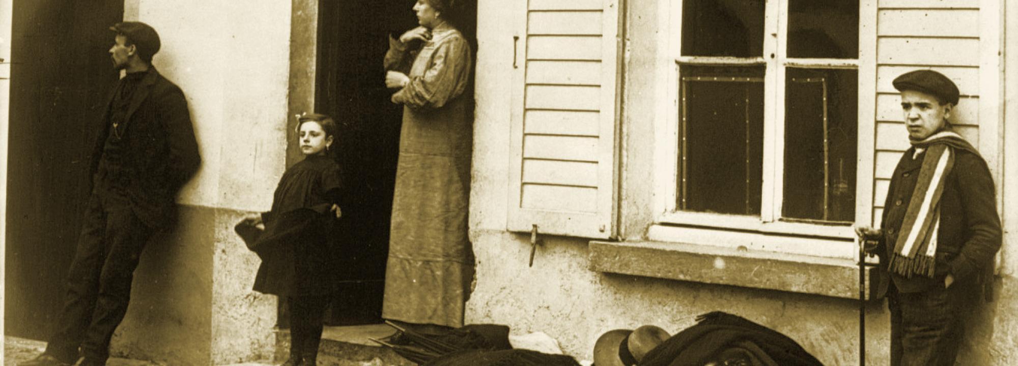 Réfugiés près d'Alost, ce qu'ils ne peuvent emporter est sur le trottoir, 1914 - BNF